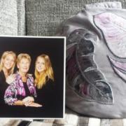 Yvonne's mediatiekussen met een foto van haar moeder en zus