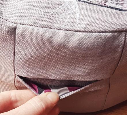 De binnenkanten van de kleine zakjes zijn gevoerd met stukjes van haar mooie bloes.